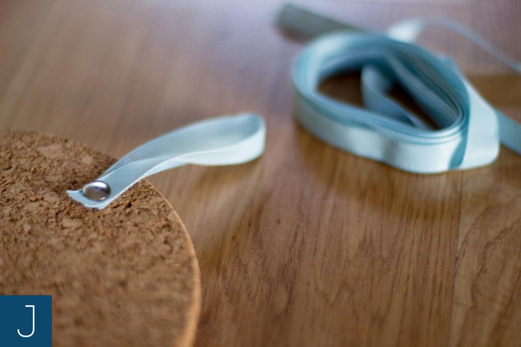 Jak zawiesić wianek lub lekki obrazek? - korek, tasiemka 1|Justine Crafts