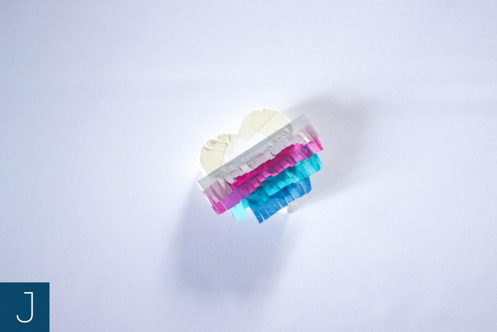 Mini pinata - przyklejanie pasków z bibuły | Justine Crafts